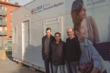 Els investigadors del projecte al Parc Hospitalari Martí i Julià davant la ressonància magnètica a on es durà a terme la prova
