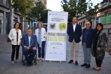Els representants de les entitats organitzadores de la Setmana commemorativa del Dia Mundial de la Salut Mental 2019 a la rambla gironina, seu de la propera celebració.