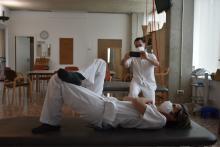 l'equip de fisioterapeutes de l'Hospital de Dia de Malalties Neurodegeneratives del Centre Sociosanitari del Parc Hospitalari Martí i Julià de Salt gravant exercicis per divulgar-los al tuiter