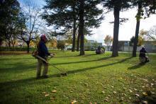 Jardineros trabajando en el Parque Hospitalario