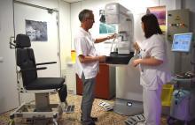 Especialistes i tècnics treballant amb el nou mamògraf de l'Hospital Santa Caterina