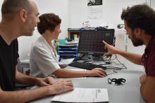 Josep Garre, coordinador del Registre de Demències de Girona, amb Oriol Turró, investigador del dispositiu i la neuròloga Imma Pericot de l'IAS observant els resultats d'un cas